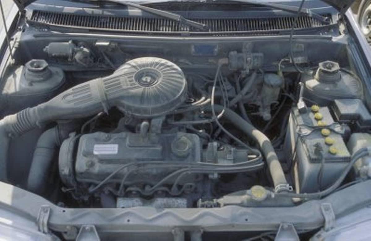 Auton moottori sisältä.