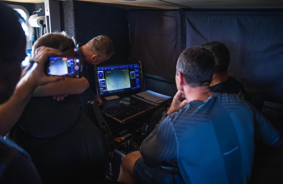 Miehistö seuraa vedenalaista kuvaa.