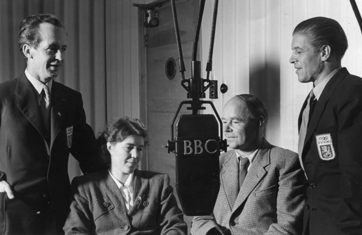 Lontoon 1948 olympiakisojen taidelajien suomalaismitalistit BBC:n studiolla haastateltavina: mikrofonin ympärillä säveltäjä Kalervo Tuukkanen, runoilija Aale Tynni sekä arkkitehdit Ilmari Niemeläinen ja Yrjö Lindegren.