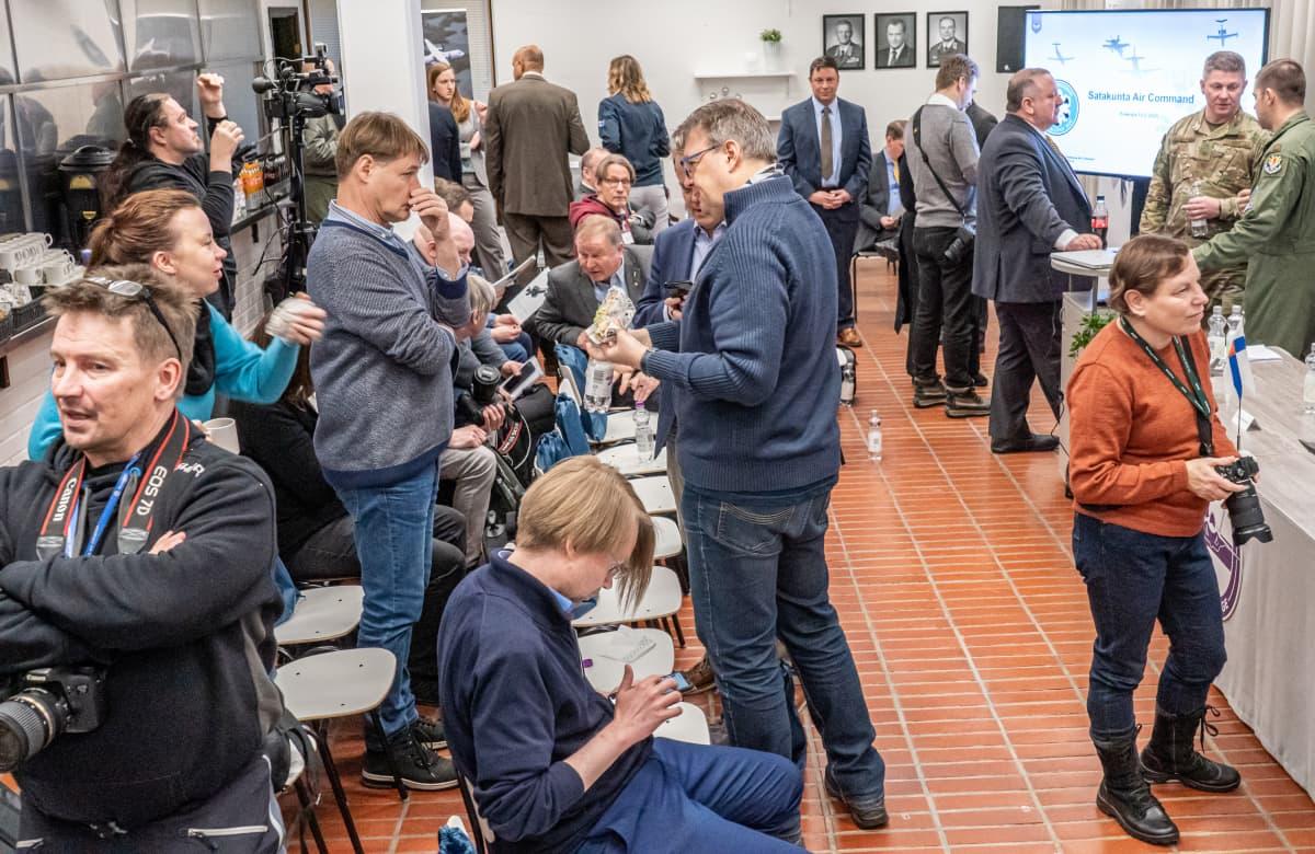 Journalisteja HX-hankkeen tiedotustilaisuudessa Satakunnan lennoston tiloissa.