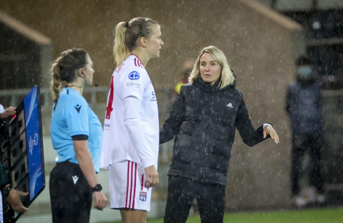 Sonia Bompastor jakaa ohjeita Ada Hegerbergille, kun tämä on menossa kentälle.