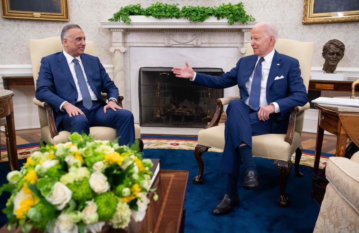 Irakin pääministeri Mustafa Al-Kadhimi ja Yhdysvaltain presidentti Joe Biden juttelevat valkoisessa talossa.
