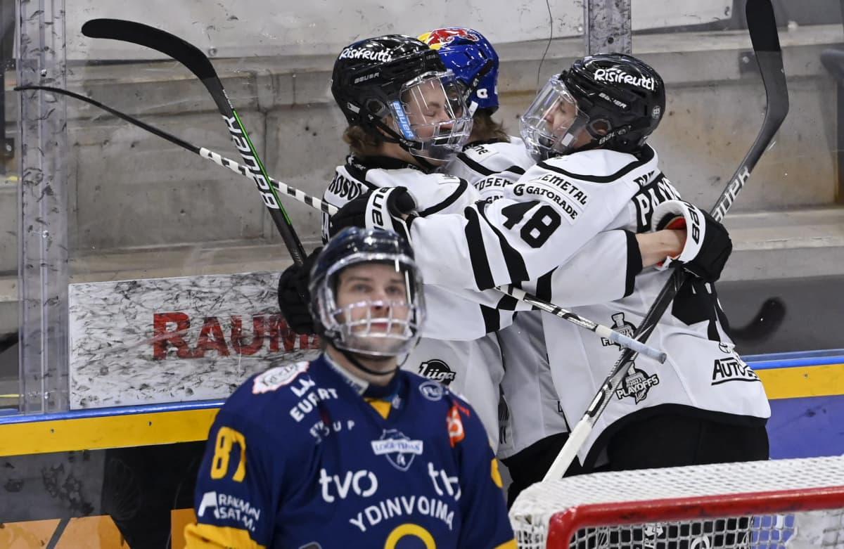 Topias Haapanen ja Lauri Pajuniemi (oik.) juhlivat TPS:n 2-0-maalia.