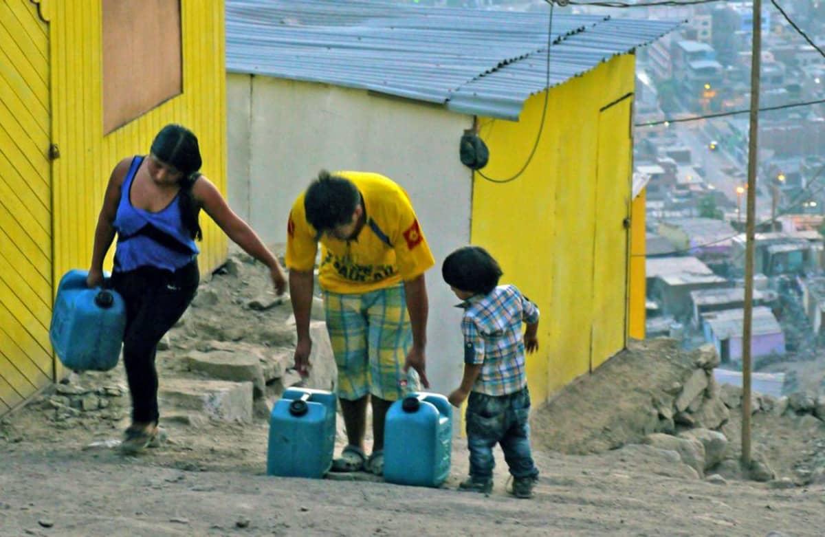 perheet kerjäämässä vettä