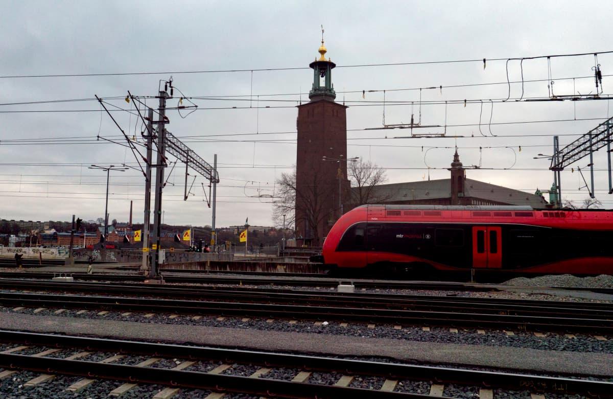 Yksityisen junayhtiön MTR Express -juna lähdössä Tukholman päärautatieasemalta