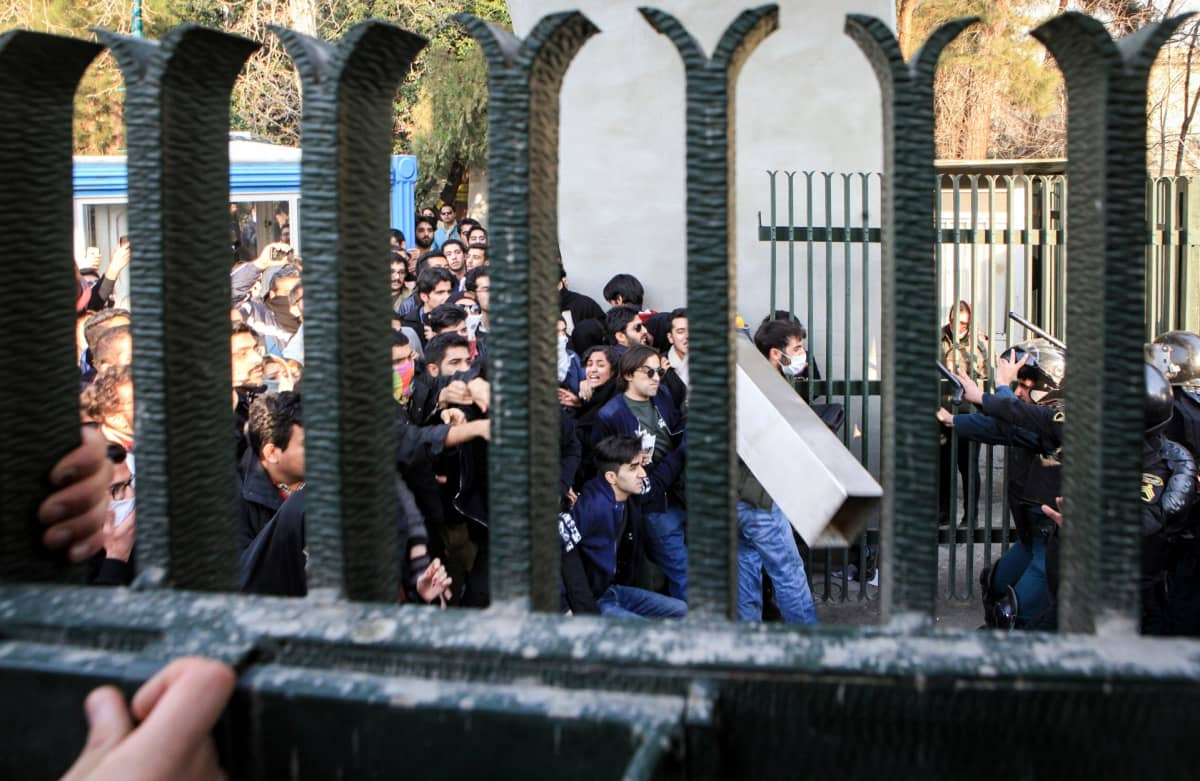 Teheranin yliopistolla mieltä osoittava opiskelijajoukko otti yhteen mellakkapoliisien kanssa.