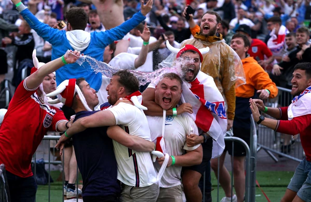 Englannin fanit riehaantuivat Manchesterissa.