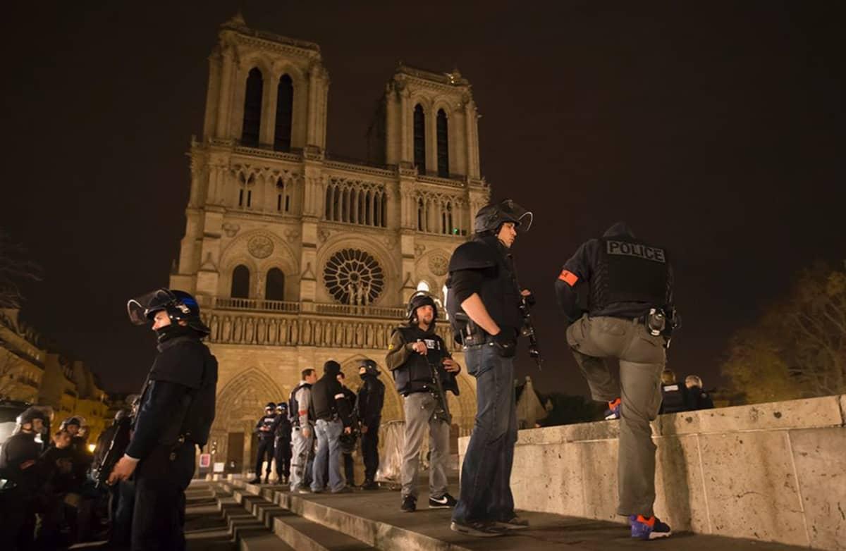 Aseistautuneet poliisit partioivat Notre Damen katetdraalin luona Pariisissa.