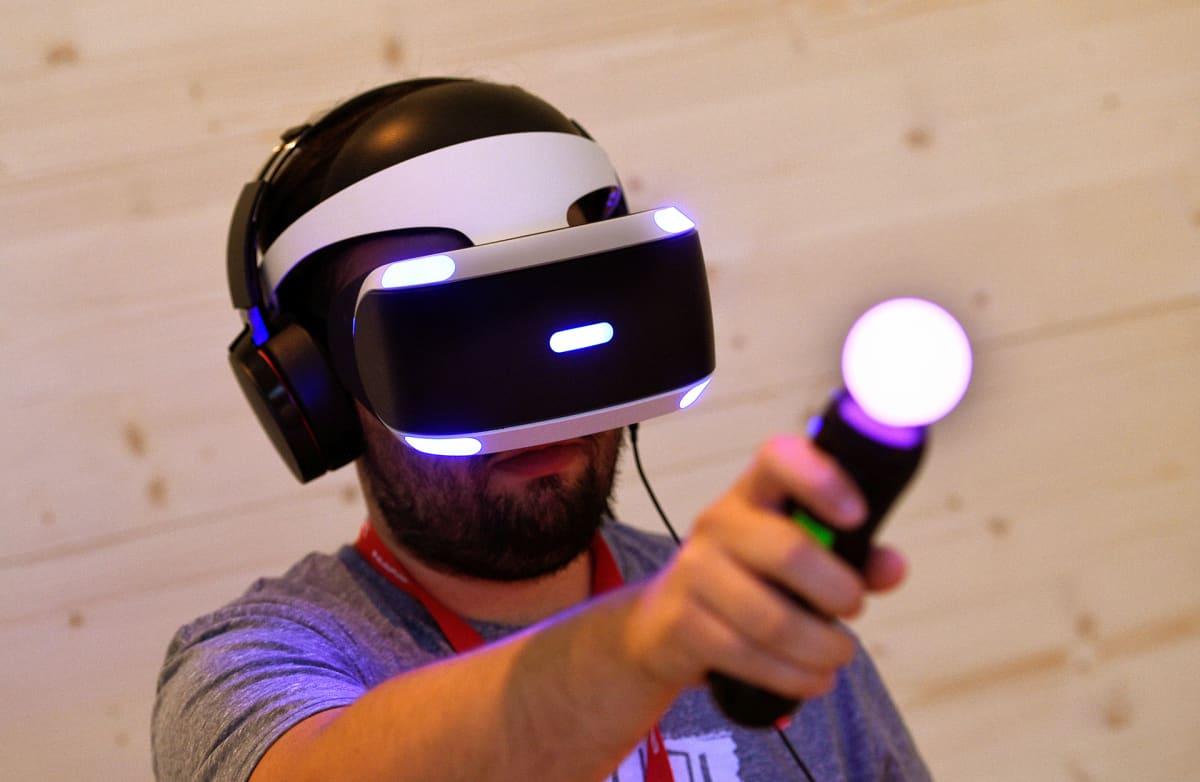 Mies kokeilee virtuaalikypärää elektroniikkamessuilla Berliinissä.