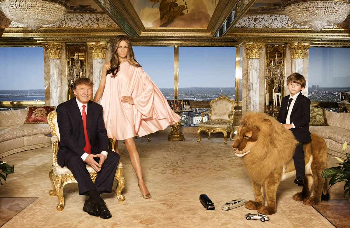 Donald ja Melania Trump sekä heidän poikansa Barron poseeraavat kuvaajalle kotonaan.