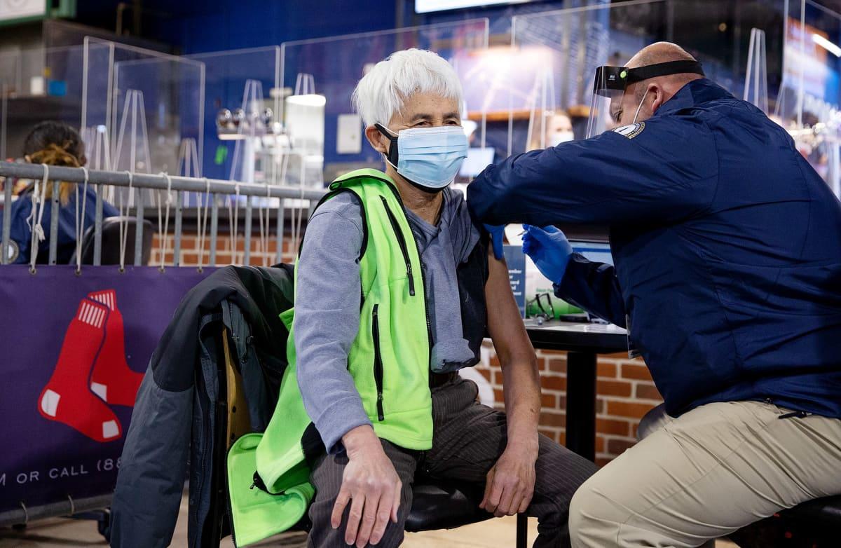 Terveydennhuollon työntekijä saa koronavirusrokotteen.