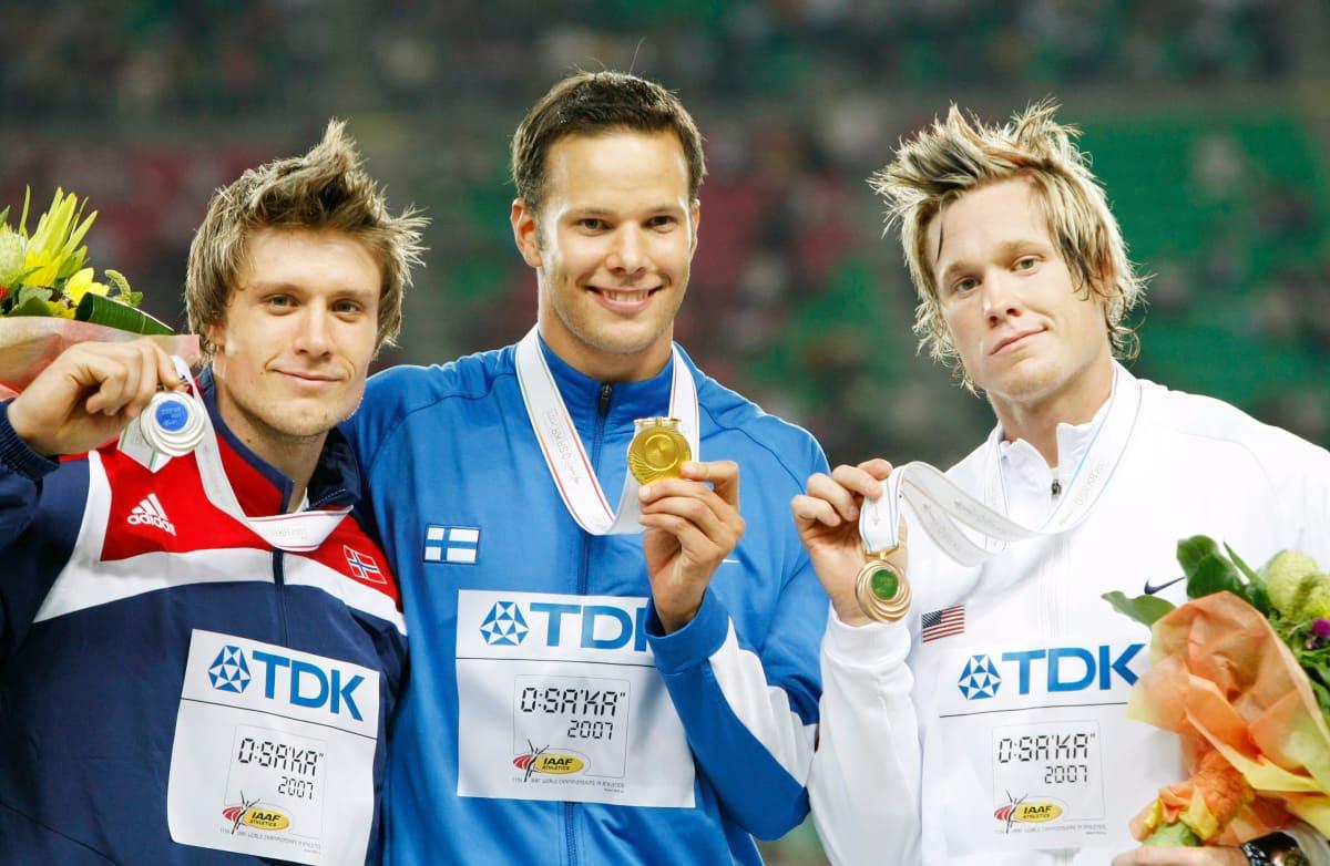 Andreas Thorkildsen, Tero Pitkämäki ja Breaux Greer palkintoseremoniassa Osakan MM-kisoissa 2007.