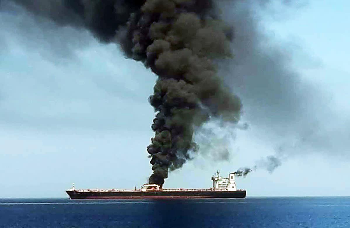 Iranin television kuva evakuoidusta palavasta tankkerista Omaninlahdella.