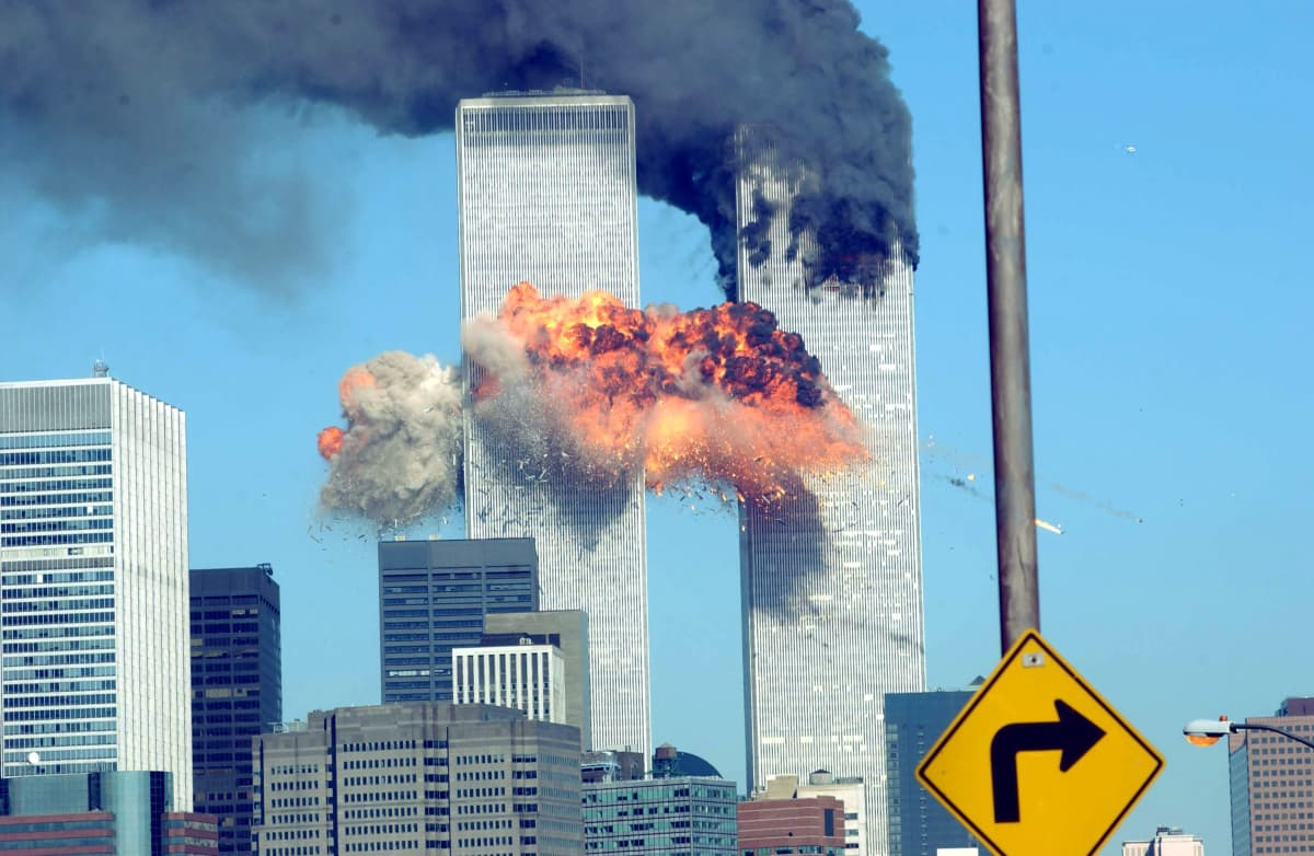 Lentokoneen aiheuttama räjähdys WTC tornissa.