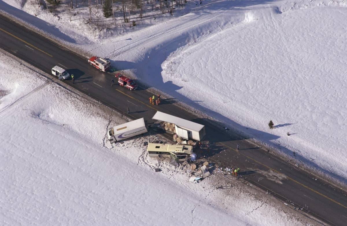 Konginkankaan onnettomuuden rekka ja linja-auto.