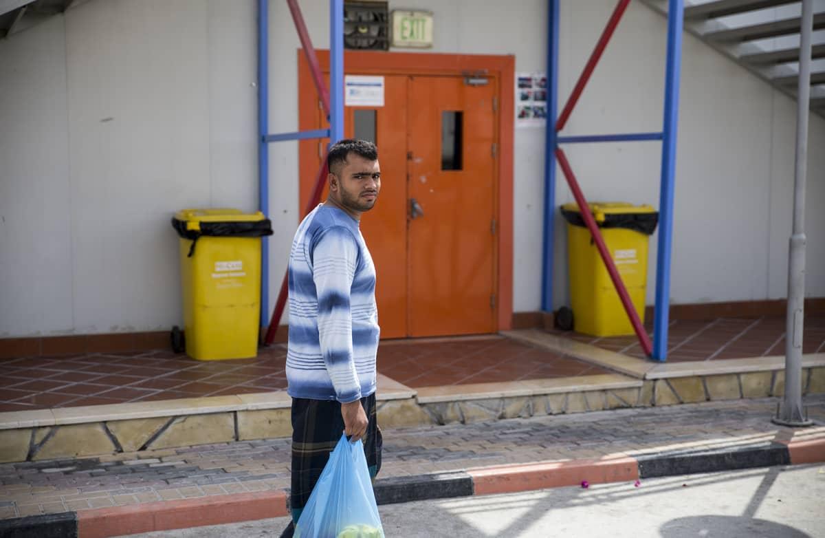 Siirtotyöntekijöiden asuinalueella on muun muassa omat kaupat. Samalle yritykselle työskentelevät asuvat samassa rakennuksessa.