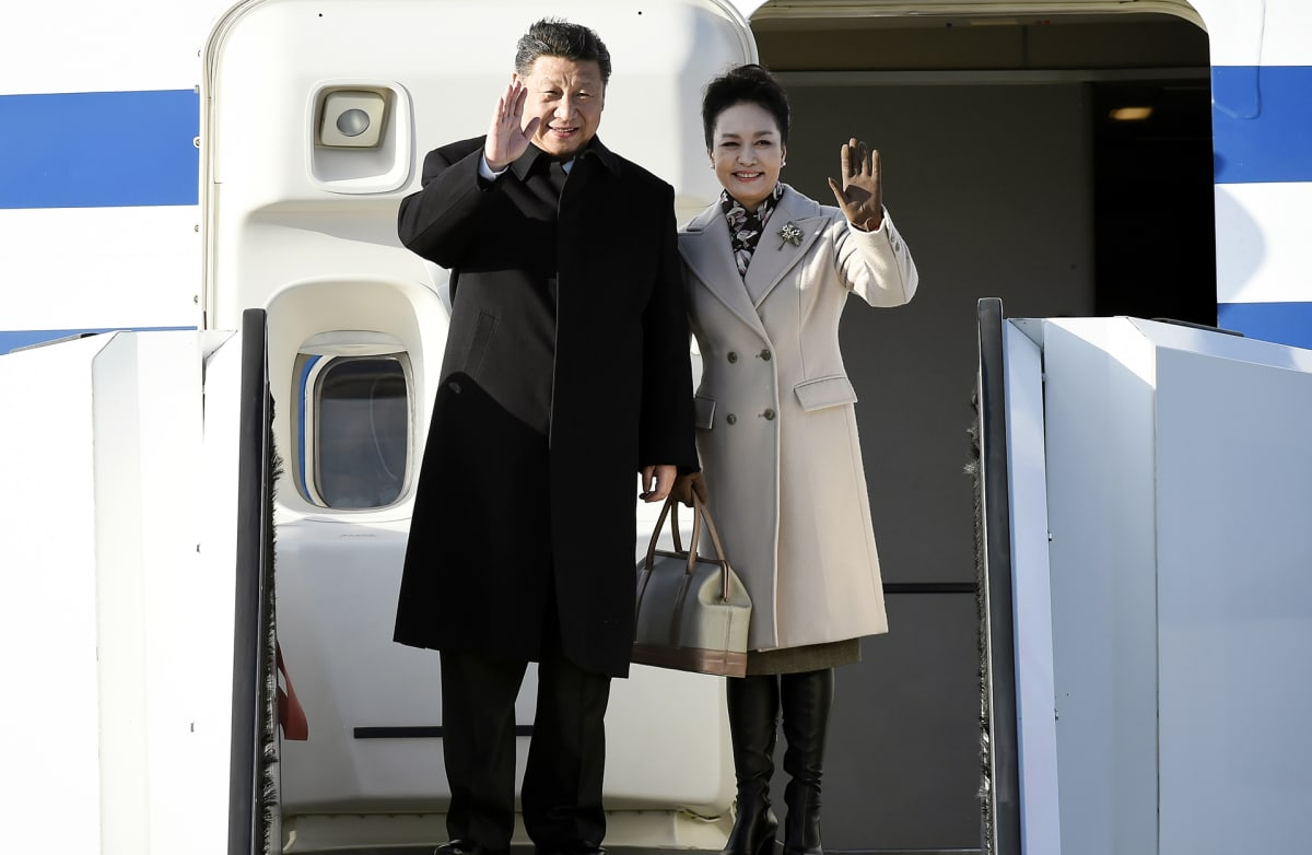 Kiinan presidentti Xi Jinping vierailee Suomessa puolisonsa Peng Liyanin kanssa.