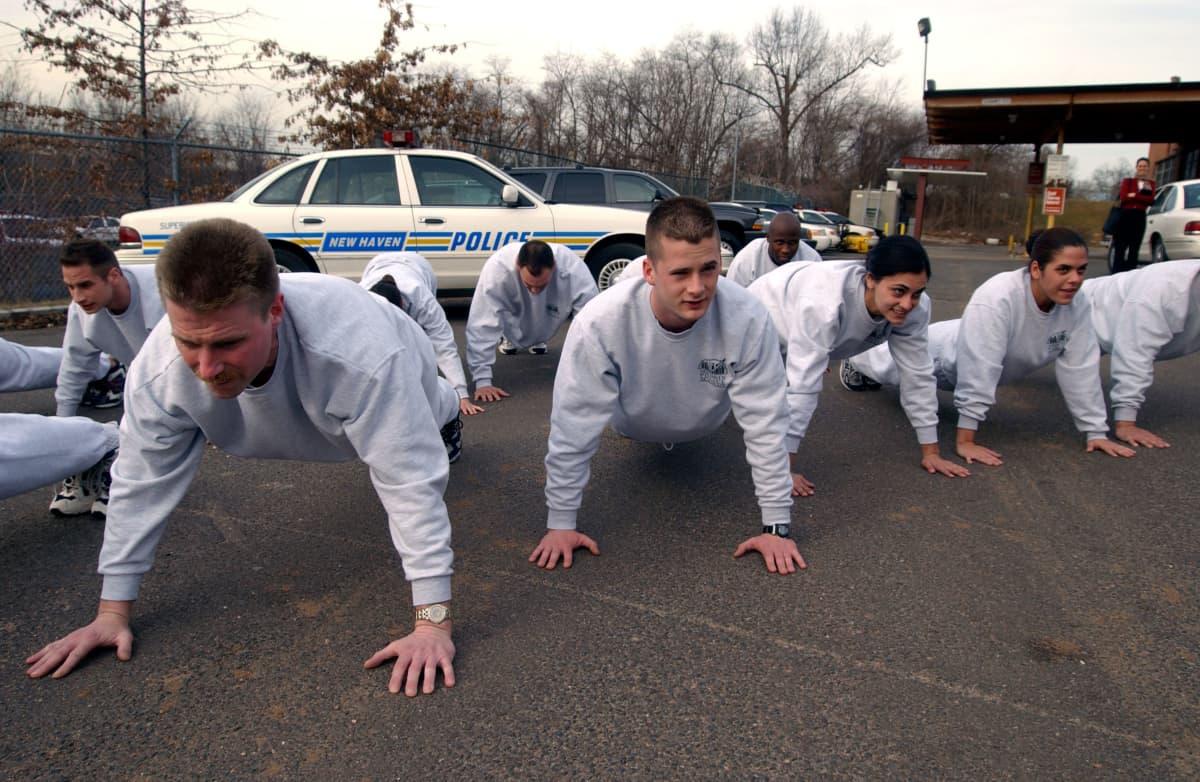 Yhdysvaltalaisia poliisioppilaita koulutuksessa Connecticutin New Havenissa.