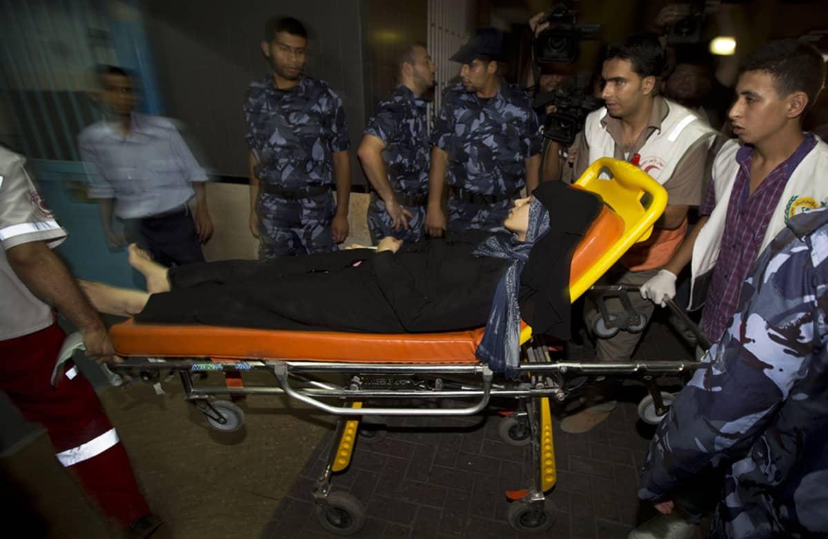 Haavoittunutta naista vietiin al-Shifan sairaalaan Gazassa tiistaina.