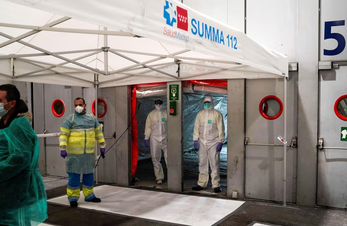 Työntekijöitä saapuu messukeskuksen sairaalaan