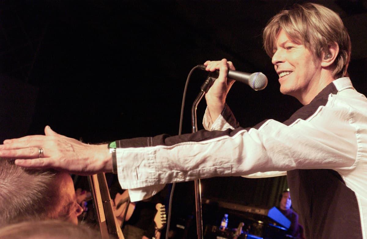 David Bowie lavalla BBC:n konsertissa 2002. Kuva dokumenttielokuvasta David Bowien viimeiset vuodet.