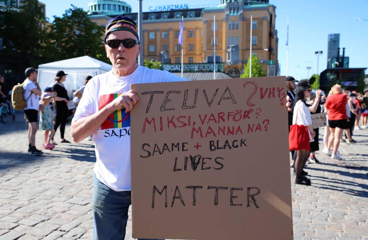 Yleisöä Black lives Matter -mielenilmauksessa