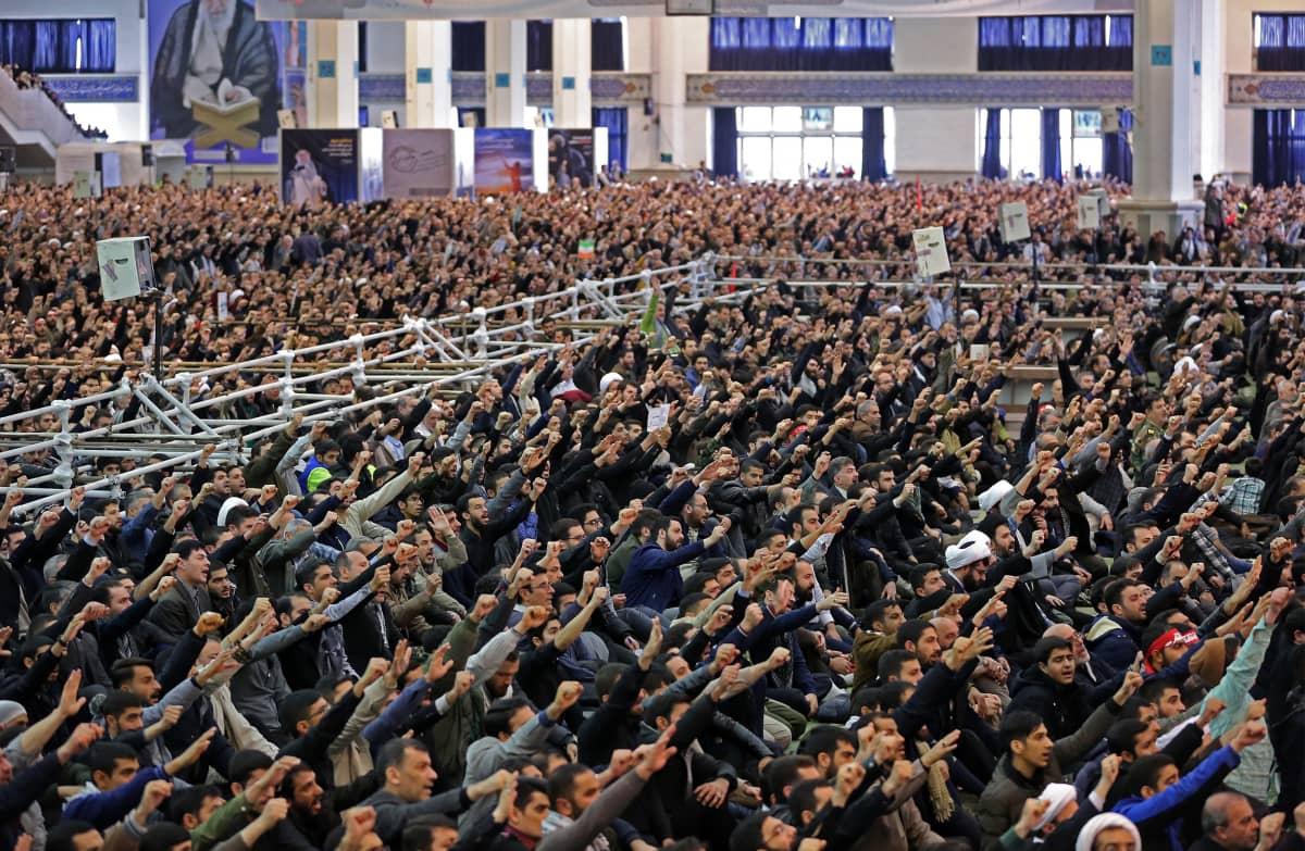 Väkijoukkoja osallistumassa perjantairukoukseen