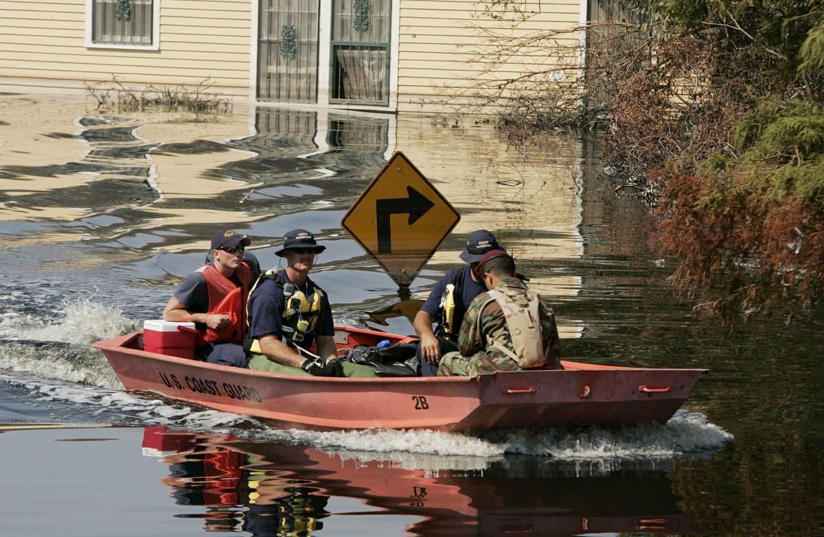 Yhdysvaltain rannikkovartioston vene partioi tulvaveden peittämässä New Orleansissa.