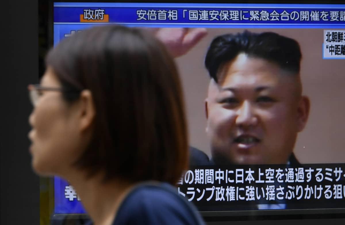 Pohjois-Korean johtaja Kim Jong-un tokiolaisella tv-ruudulla Japanin ylittäneen ohjuskokeen jälkeen 29. elokuuta 2017.