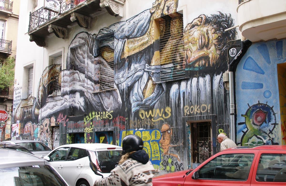 Katutaiteilija WD:n teos on omistettu asunnottomille ja köyhille Kreikassa ja koko maailmassa.