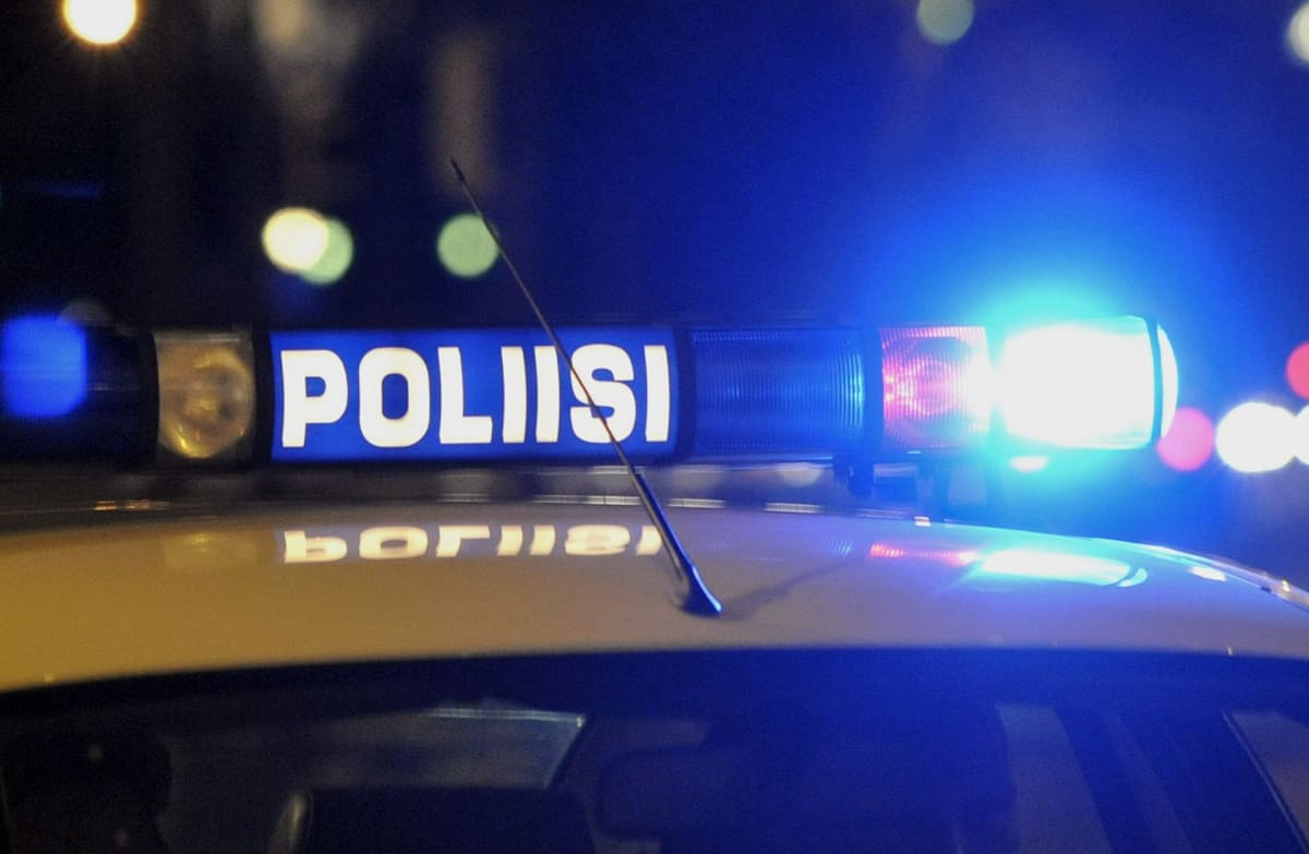Poliisin sininen hälytysvalo auton katolla.