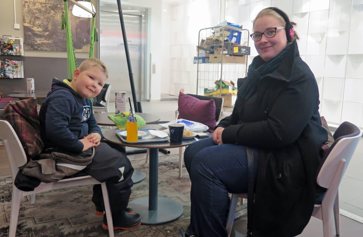 Terhi Jokinen istuu kahvilassa poikansa Tarmon kanssa.