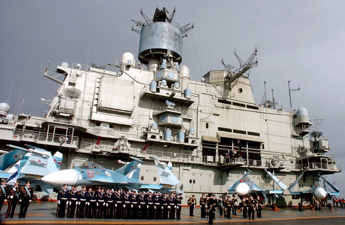 Lentokoneita ja sotilaita laivan kannella