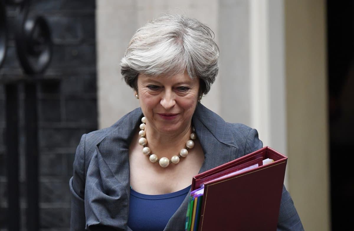 Theresa May kansio kädessään.