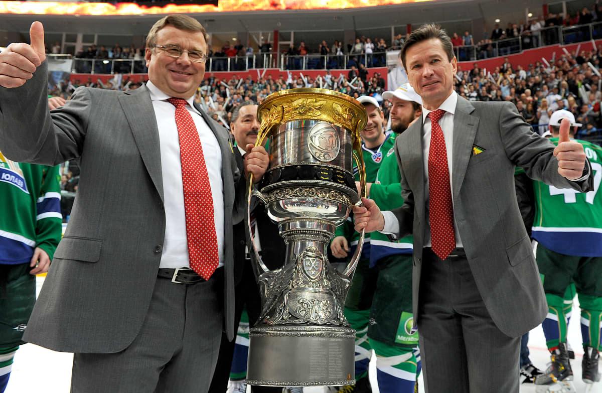 Apuvalmentaja Igor Zaharkin ja päävalmentaja Vjatsheslav Bykov johdattivat Salavat Julajevin Gagarin Cupin voittajaksi kaudella 2010–2011.