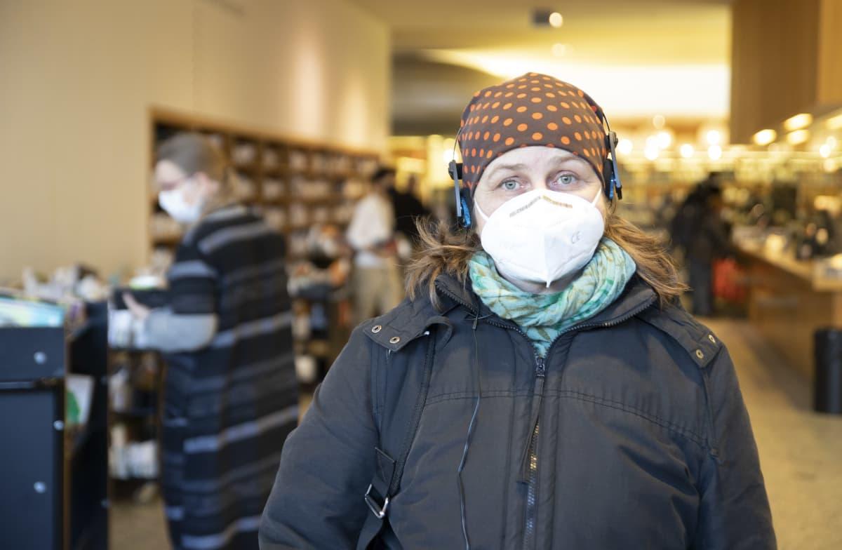 Nainen Turun pääkirjastossa