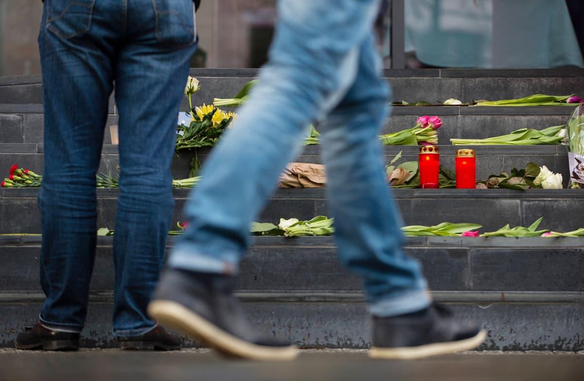 Kukkia ja kynttilöitä Belgian Berliinin-suurlähetystön portailla 22. maaliskuuta.