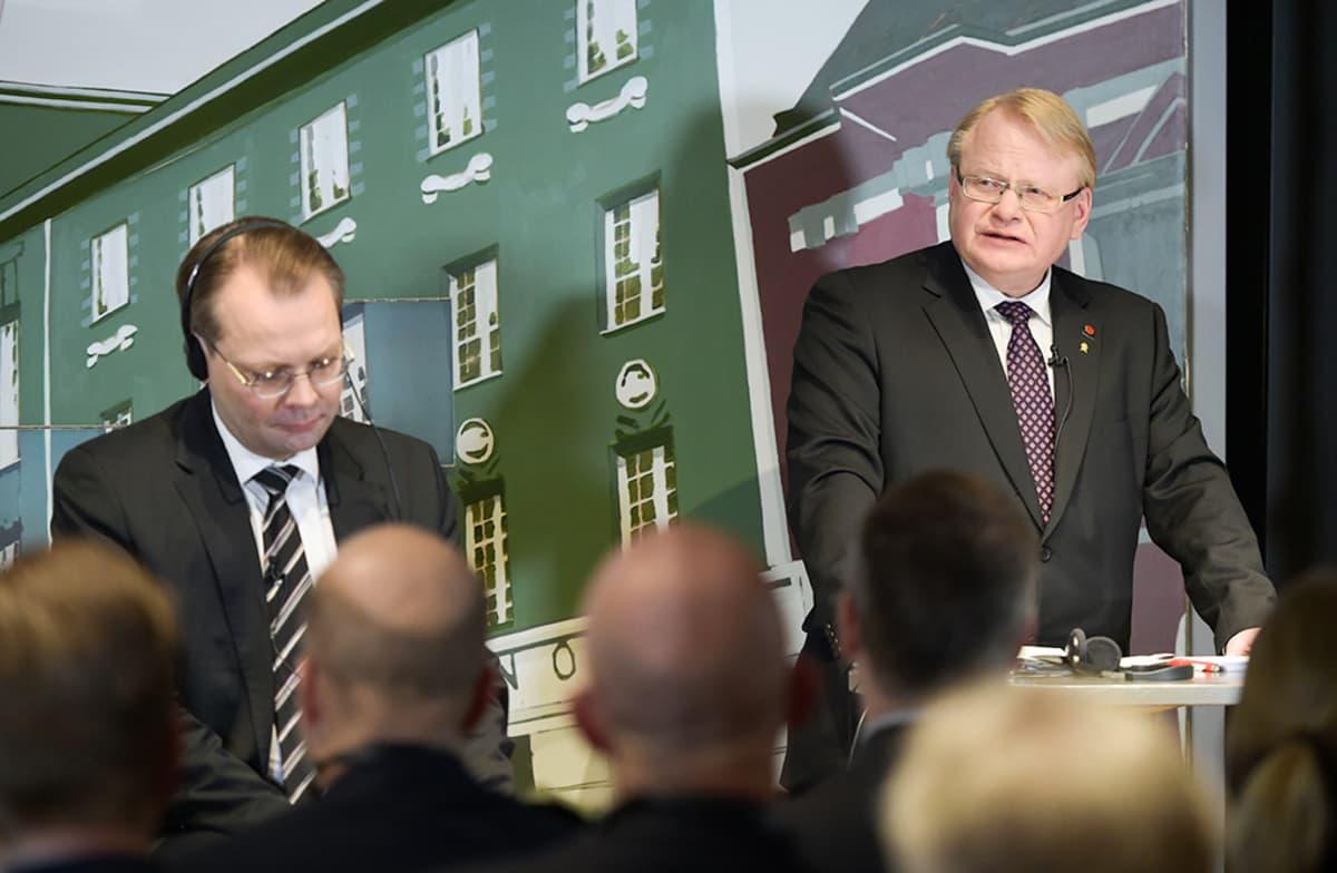 Puolustusministerit Jussi Niinistö (vas.) ja Peter Hultqvist tapasivat Helsingissä maaliskuussa 2016.