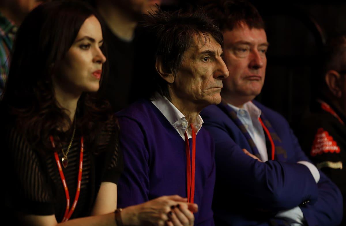 The Rolling Stonesin kitaristi Ronnie Wood (kesk.) on tuttu näky snookerkatsomoissa yhdessä Jimmy Whiten (oik.) kanssa.