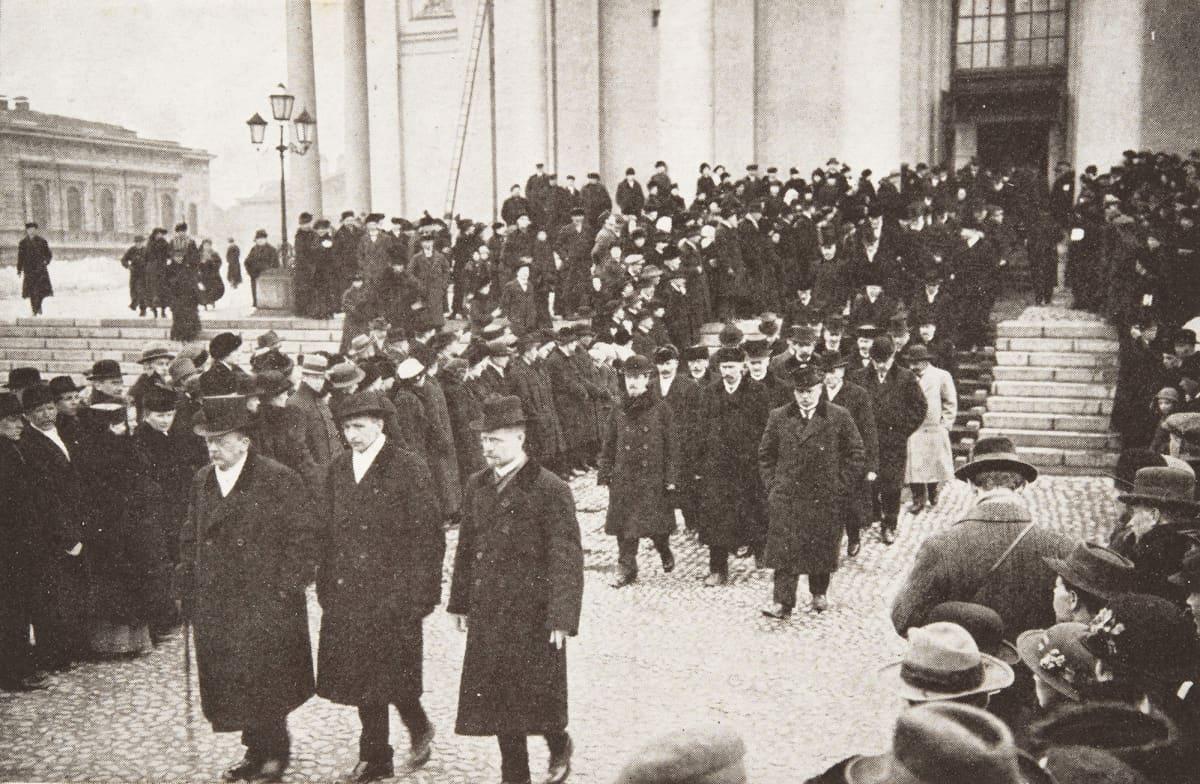 Eduskunnan puhemiehet ja jäsenet palaavat valtiopäivien avajaisjumalanpalveluksesta 11.4.1917.