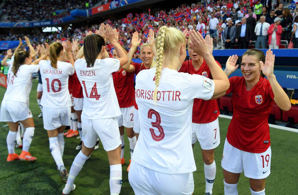 Norjan avauskokoonpanon pelaajat heittivät yläfemmat vaihtopelaajille ennen alkulohkon Ranska-peliä.