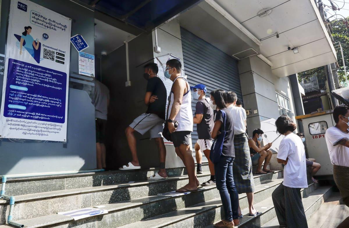 Ihmiset jonottavat pankkiautomaatille suljetun pankin edustalla Yangonissa.