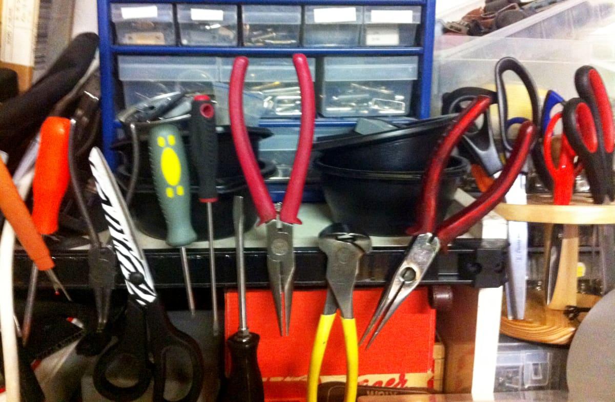 työkaluja laukkukorjaamossa