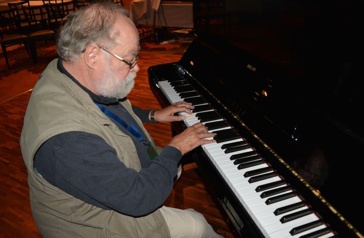 Säveltäjä Kaj Chydenius soittaa pianoa.