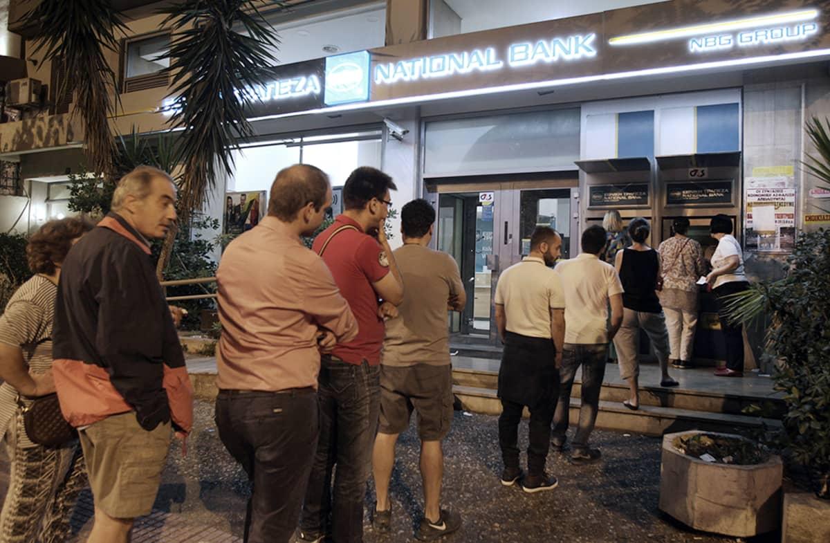 Ihmiset jonottivat sankoin joukoin pankkiautomaatille Ateenassa 27. kesäkuuta 2015.