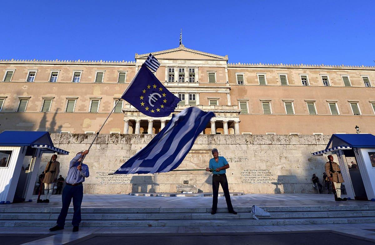 Euromieliset protestoivat parlamentin edustalla Ateenassa 9. heinäkuuta 2015.