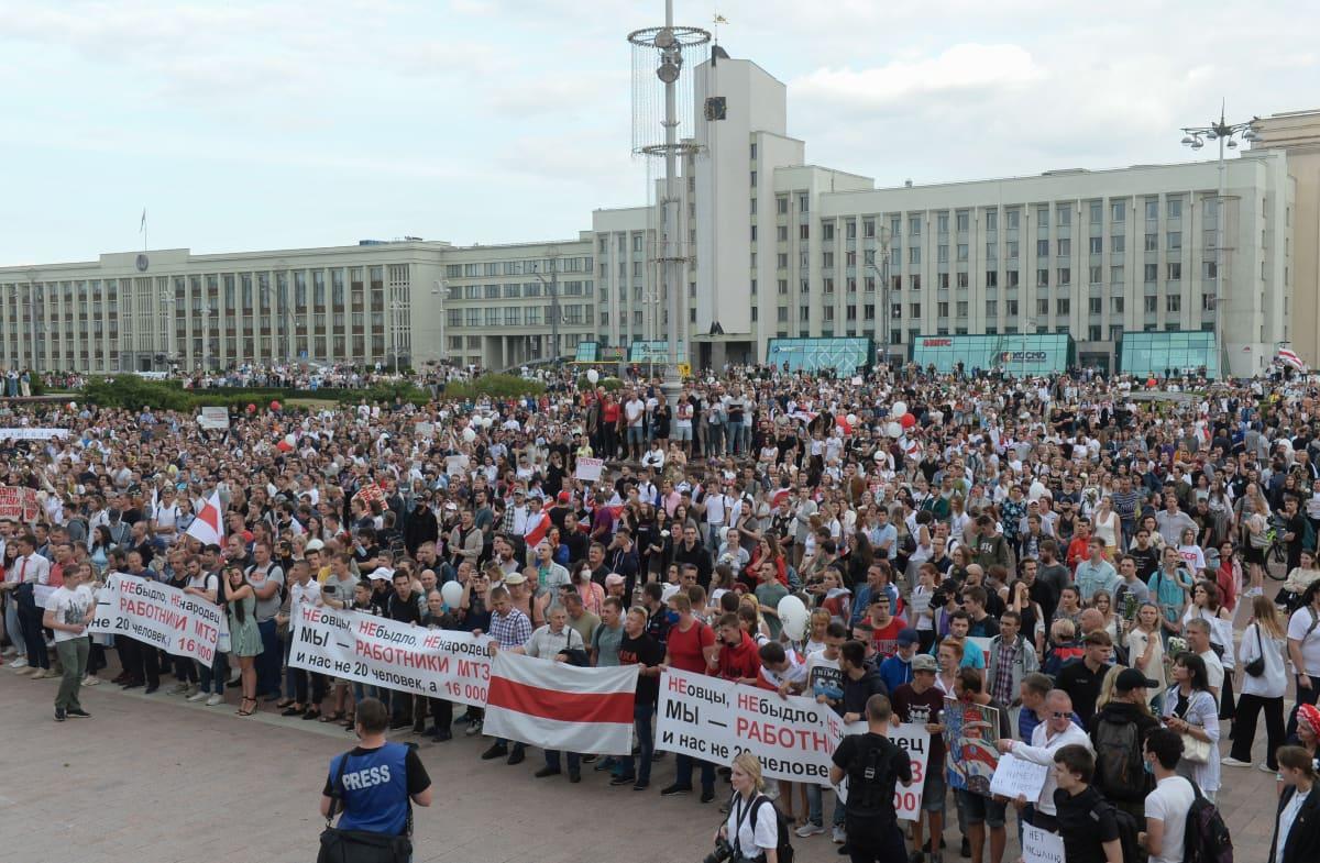 Mielenosoittajat täyttivät Minskin keskusaukion. Viikonlopulle protesteja on tiedossa lisää.