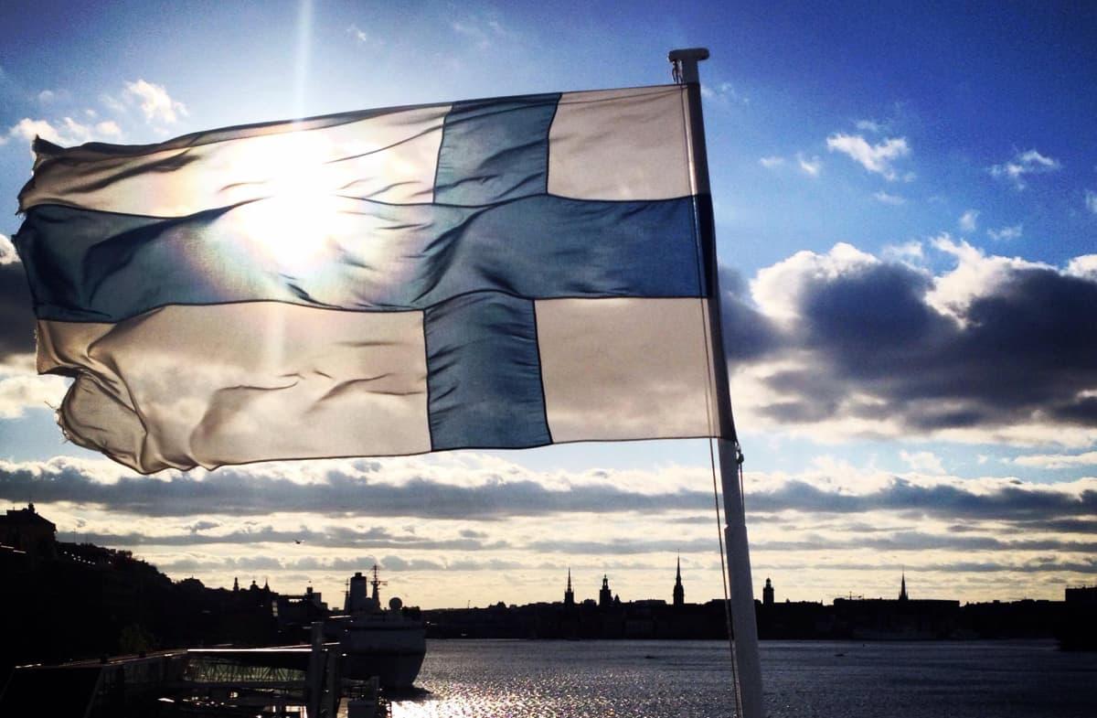 suomen lippu liehuu