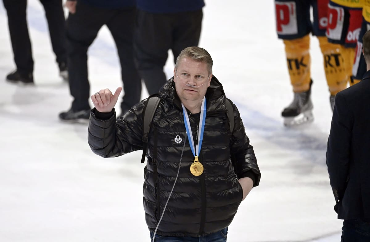 Pekka Virta kultamitali kaulassa