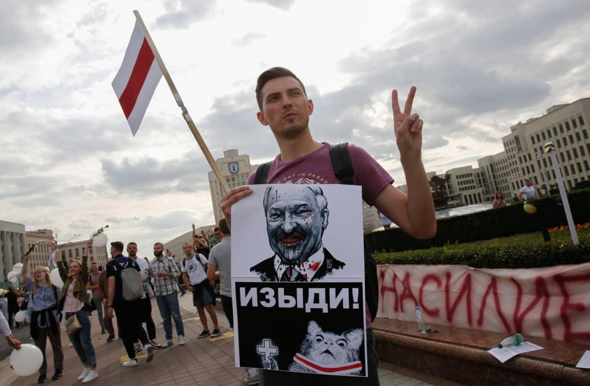 Ihmiset vaativat, että Valko-Venäjän presidentinvaalien tulos mitätöidään. Virallisten lukujen mukaan Lukašenka olisi saanut 80 prosenttia äänistä.